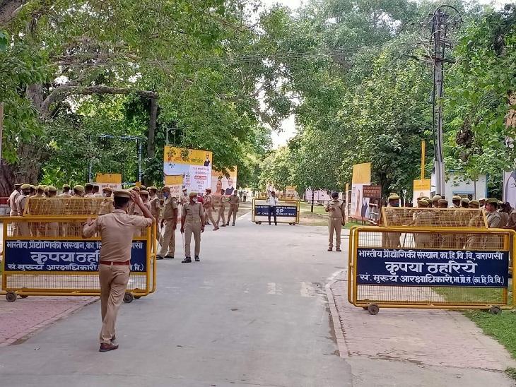 बीएचयू परिसर में प्रधानमंत्री के आगमन के मद्देनजर तैनात फोर्स।