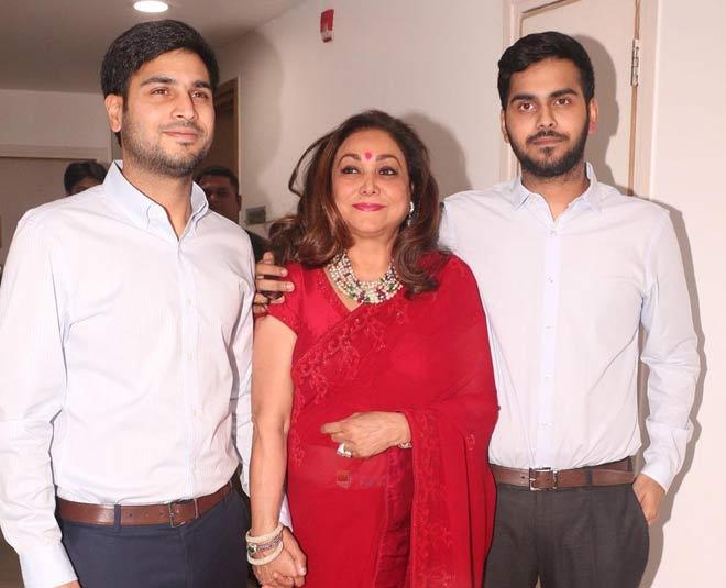 अनमोल (बाएं) और अंशुल (दाएं) अपनी मां टीना अंबानी के साथ