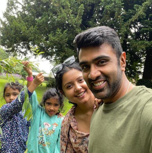 अश्विन ने पत्नी और दो बेटियों के साथ इंग्लैंड में छुट्टी मनाई।