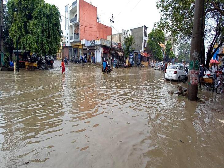 GT रोड से लेकर कॉलोनियों की सड़कें हुई जलमग्न, सरकार कार्यालयों में भी घुटनों तक खड़ा रहा पानी|पानीपत,Panipat - Dainik Bhaskar