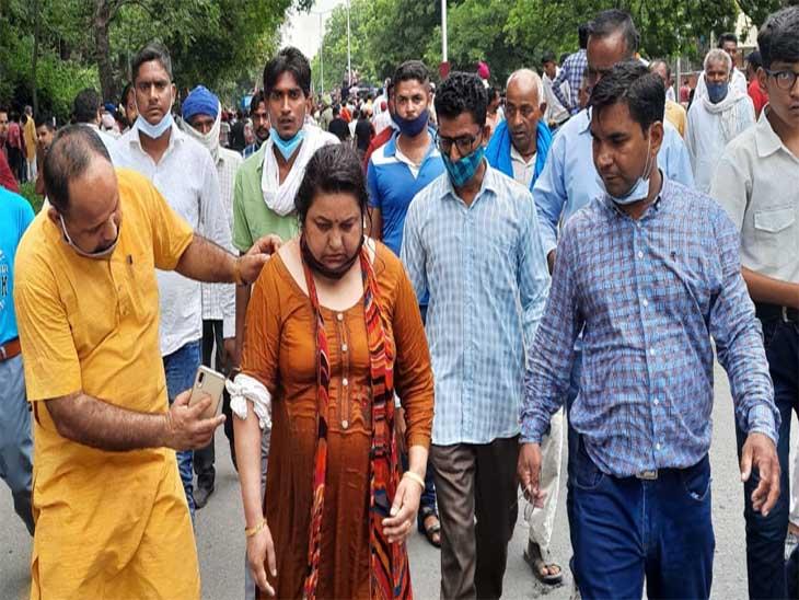 बीजेपी एससी मोर्चा चंडीगढ़ रैली ग्राउंड से पंजाब सीएम हाउस का घेराव करने के लिए निकला तो पुलिस ने पानी की बौछार की। इससे एक महिला गिर गई जिससे उसके हाथ में चोट आई। फोटो लखवंत सिंह - Dainik Bhaskar