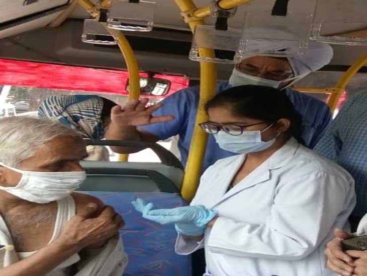 सीटीयू की बस में लोगों को वैक्सीन लगाई गई