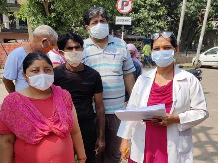 डोर टू डोर वैक्सीनेशन करने वाली टीम ने पहले लोगों को रेजिस्ट्रेशन किया