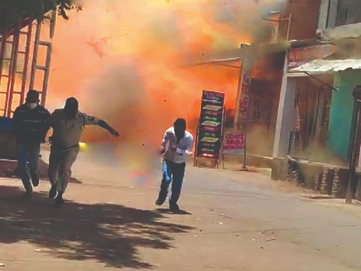 छतरपुर के मिठाई कारखाना की भट्टी के पास रखे पाइप लीकेज से भड़की आग; 50 टंकियाें से लदी गाड़ी को धक्का देकर हटाया|छतरपुर (मध्य प्रदेश),Chhatarpur (MP) - Dainik Bhaskar