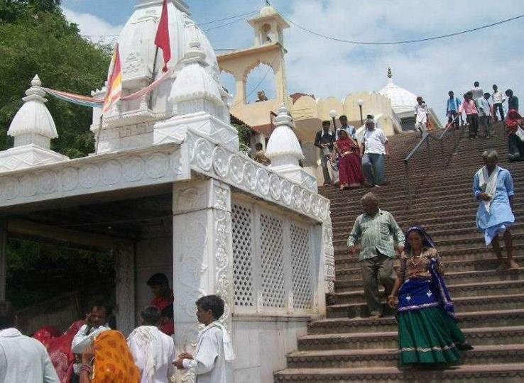 यह चौथ का बरवाड़ा मंदिर है। इसमें 700 सीढ़ियां हैं।