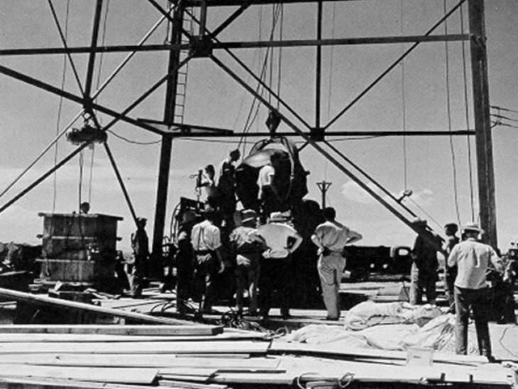 एटॉमिक बम 'गैजेट' को फायरिंग टॉवर पर चढ़ाते वैज्ञानिक।