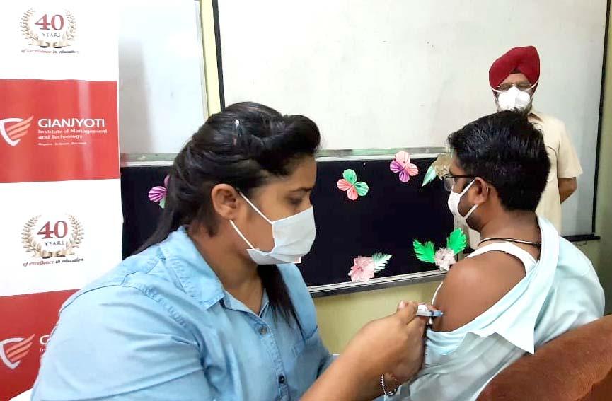 चंडीगढ़ मेंआज से डोर-टु-डोर वैक्सीनेशन का पायलट प्रोजेक्ट शुरू किया गया, सफल होने पर पूरे इलाके मेंचलाया जाएगा|चंडीगढ़,Chandigarh - Dainik Bhaskar