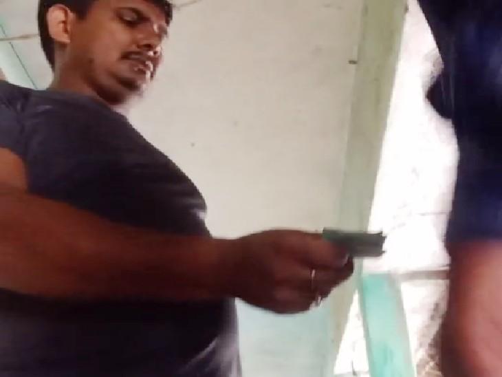 छात्र का नाम केस से हटाने के लिए SDPO के रीडर ने मांगे 50 हजार, 15 हजार में डील फाइनल; पीड़ित ने बाछी बेचकर दिए रुपए|मधेपुरा,Madhepura - Dainik Bhaskar