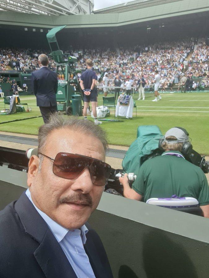 टीम इंडिया के कोच रवि शास्त्री भी विम्बलडन का मैच देखने पहुंचे थे।