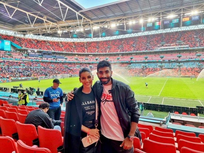 पत्नी संजना के साथ जसप्रीत बुमराह भी फुटबॉल मैच देखने पहुंचे। मास्क नहीं लगाया।