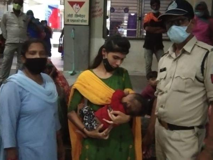 रतलाम के रावटी में मैजिक वाहन में मासूम बच्चे को छोड़ गई निर्दयी माँ , सामान लेने का बहाना कर बच्चे को वाहन में बैठी महिला के पास छोड़ कर चली गई|रतलाम,Ratlam - Dainik Bhaskar