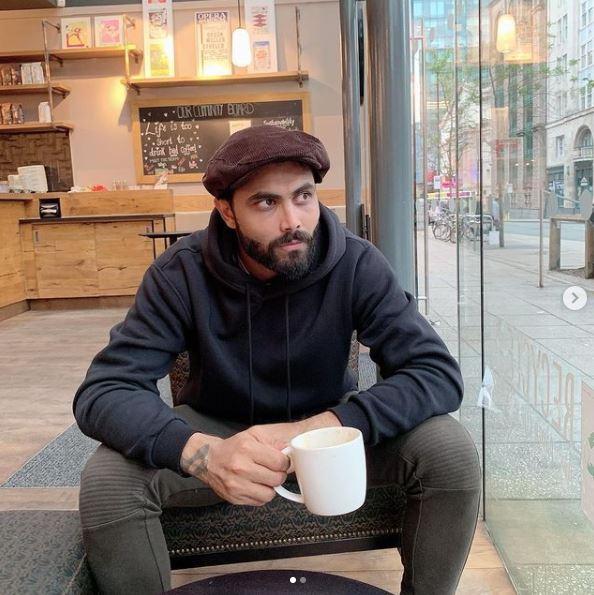 स्पिन ऑलराउंडर रविंद्र जडेजा एक होटल में बैठे दिखे।