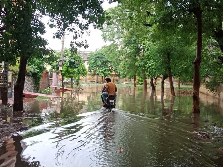 शहर में सड़कों पर इस तरह भर गया था पानी।