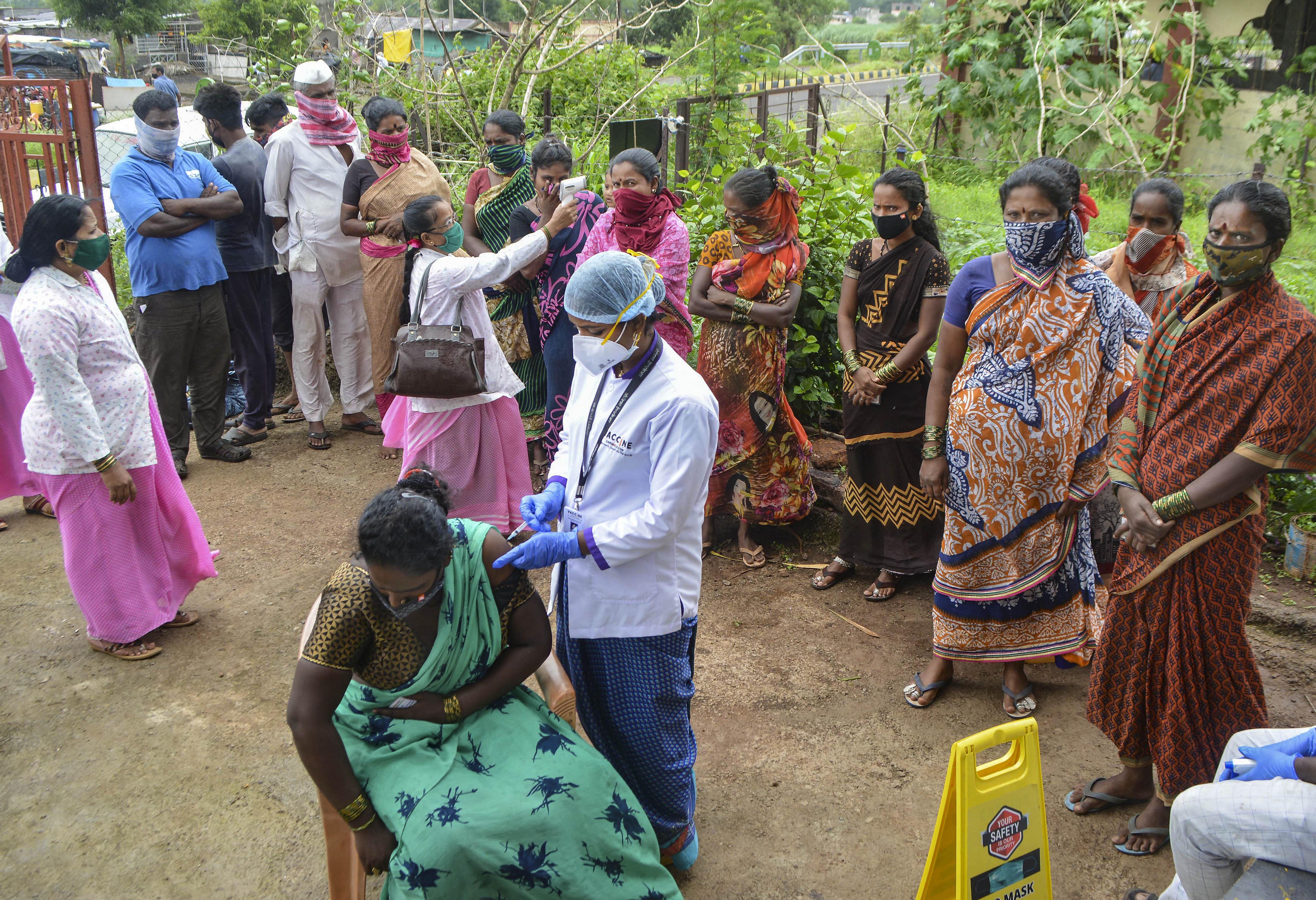 महाराष्ट्र के कराड में स्क्रैप कलेक्ट करने वाली महिलाओं को वैक्सीन लगाने के लिए कैंप लगाया गया।