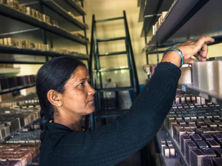 अमृता की टीम में काम करने वाली स्थानीय महिला। अमृता ने गांव में ही प्रोसेसिंग यूनिट लगाई है, जहां सभी प्रोडक्ट बनते हैं।