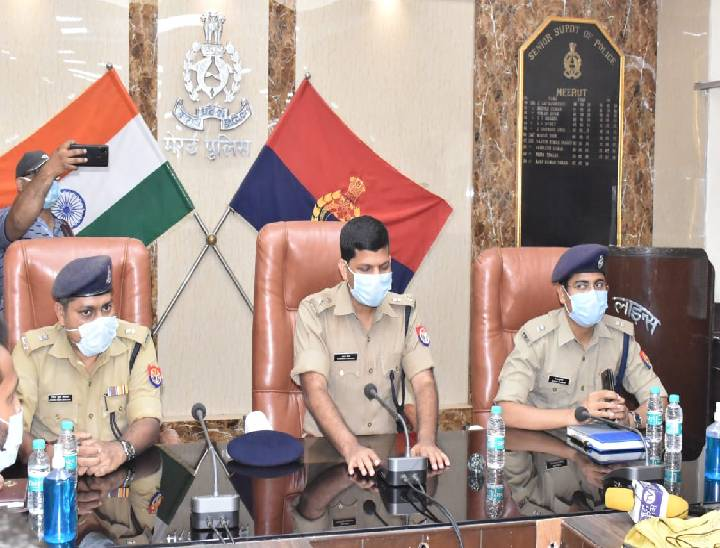 ईद के संबंध में बैठक लेते एसएसपी - Dainik Bhaskar