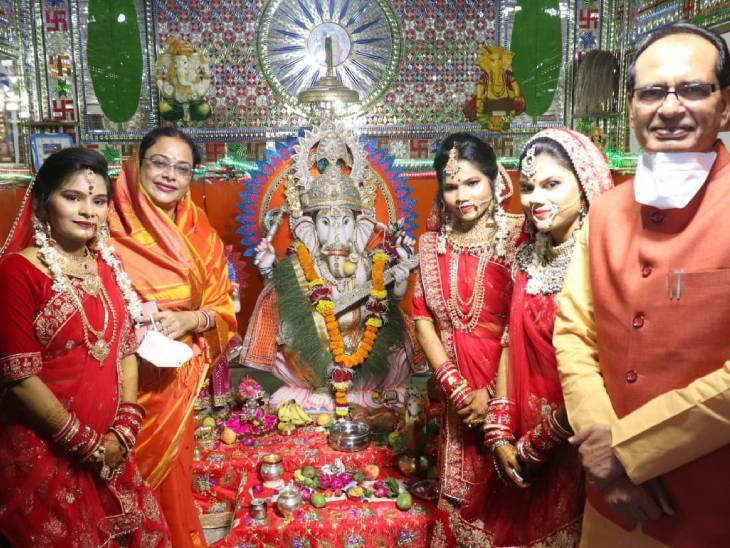 गोद ली हुई बेटियाें ने विदिशा में लिए सात फेरे, पत्नी साधना सिंह के साथ मुख्यमंत्री ने किया कन्यादान; अन्य रस्में भी निभाईं|विदिशा,Vidisha - Dainik Bhaskar