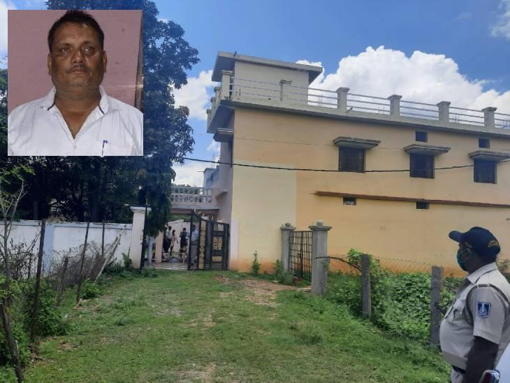 उमरिया के सहायक भू-सर्वेक्षण अधिकारी के पुश्तैनी घर पहुंची लोकायुक्त की टीम, जीर्ण-शीर्ण घर मिलने पर लौटी रीवा,Rewa - Dainik Bhaskar