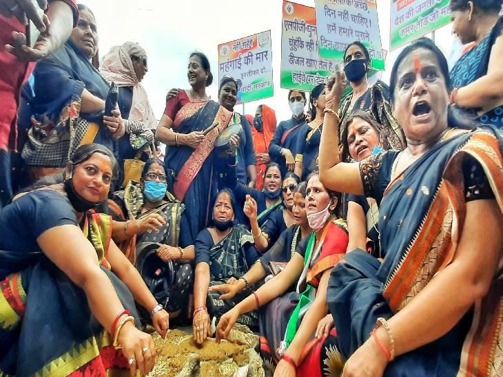 महंगाई के खिलाफ महिला कांग्रेस का हल्लाबोल, काले कपड़ों मे निकाला पैदल मार्च, कलेक्ट्रेट गेट पर पाथे गोबर के कंडे रीवा,Rewa - Dainik Bhaskar