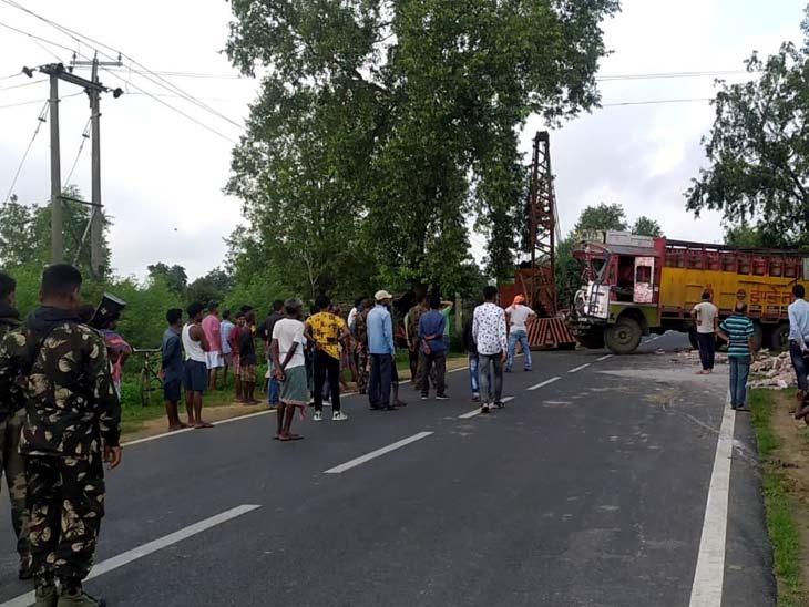 गैस सिलेंडर लोडेड ट्रक ने ट्रैक्टर में मारी टक्कर, बाइक और ऑटो अनियंत्रित होकर ट्रक से टकराई; दो लोगों की मौत रांची,Ranchi - Dainik Bhaskar
