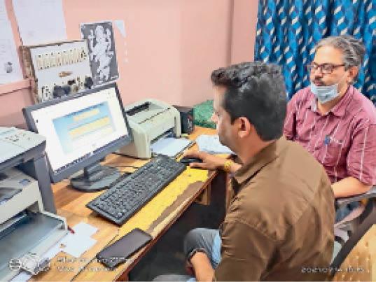 होशंगाबाद। 10वीं का रिजल्ट देखते एक स्कूल के शिक्षक। - Dainik Bhaskar