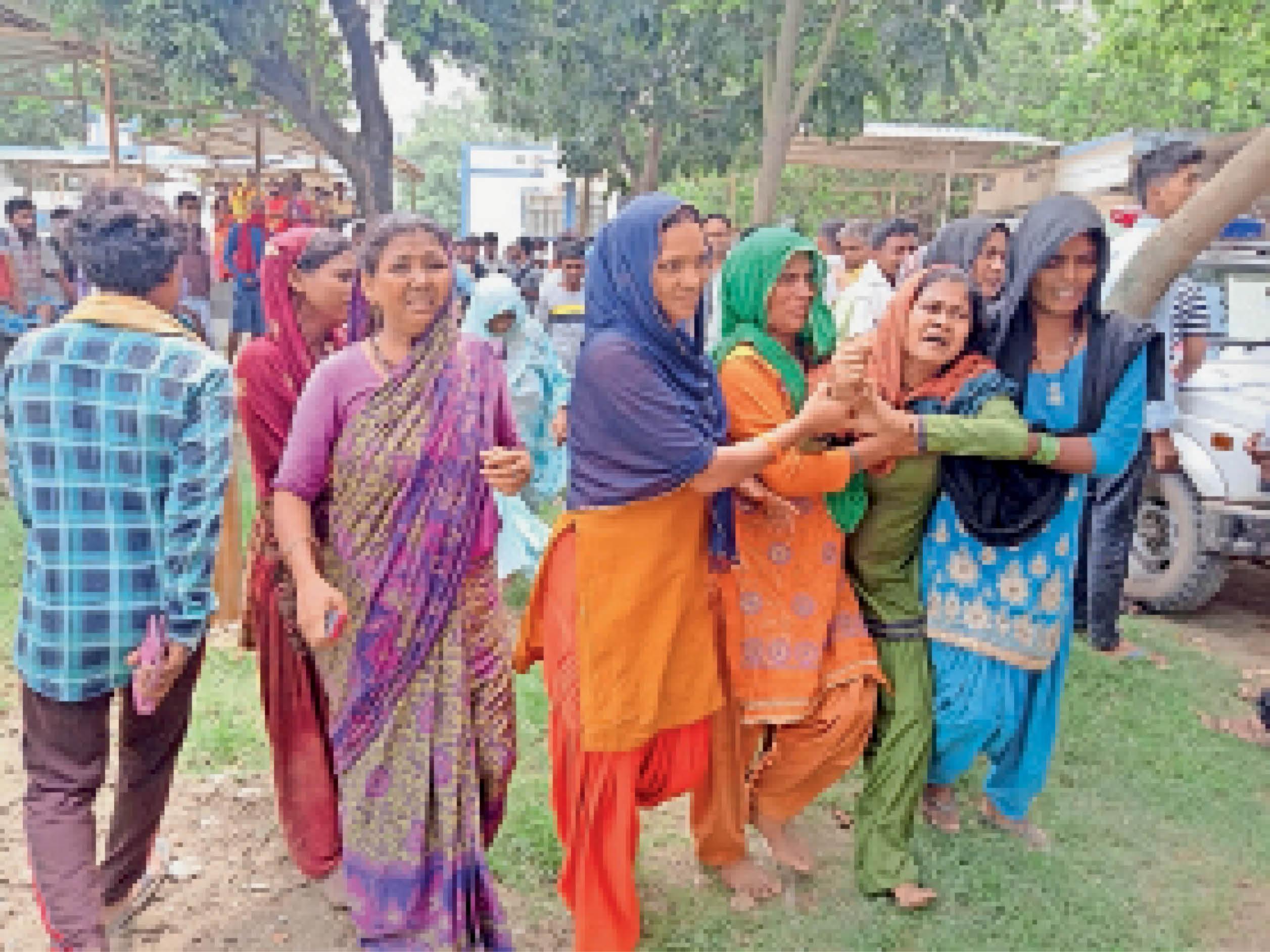 बुधवार को सदर अस्पताल में रोते-बिलखते नजरूल के परिजन व मौके पर जुटी ग्रामीणों की भीड़। - Dainik Bhaskar