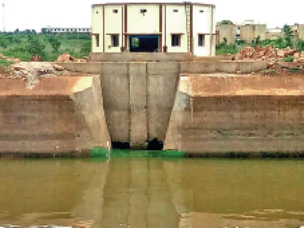 डेम का पानी पहले संपवेल फिर ट्रीटमेंट प्लांट गंजपारा में पहुंच रहा। - Dainik Bhaskar