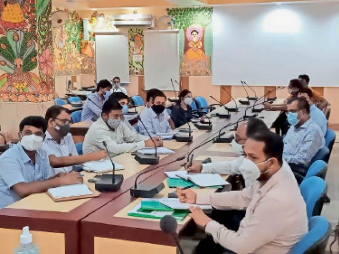 आंबेडकर सभागार में आयोजित बाढ़ को लेकर समीक्षा बैठक में शामिल पदाधिकारी। - Dainik Bhaskar