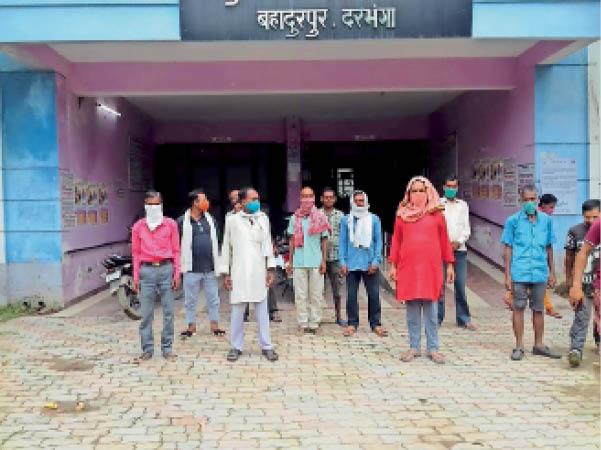 बहादुरपुर सीएचसी में प्रदर्शन करते वैक्सीन कूरियर संघ के सदस्य। - Dainik Bhaskar