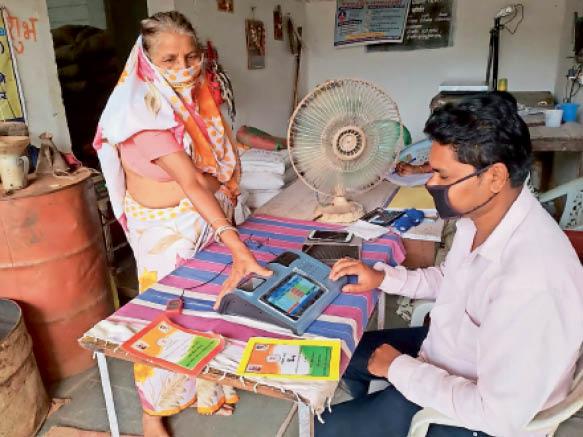 राशन लेने से पहले मशीन में अंगूठे के निशान का मिलान किया गया। - Dainik Bhaskar