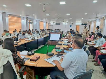 बैठक में शामिल डीएम, एसपी और जिले के अन्य पदाधिकारी - Dainik Bhaskar