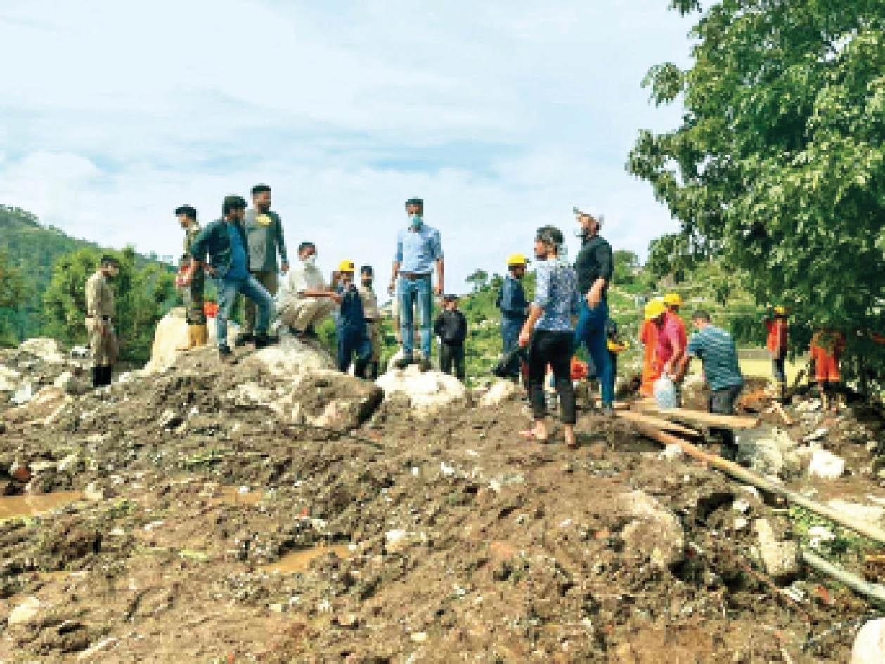 शाहपुर के रूलेहड़ में मलबे में दबे आठ लोगों के शव निकाले, दो अब भी लापता|शिमला,Shimla - Dainik Bhaskar