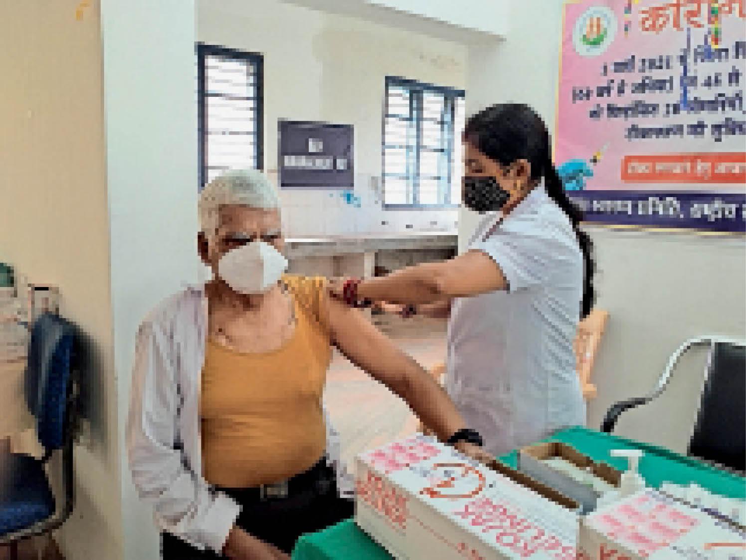 7 दिन बाद सेंटरों में शुरू हुआ वैक्सीनेशन। - Dainik Bhaskar