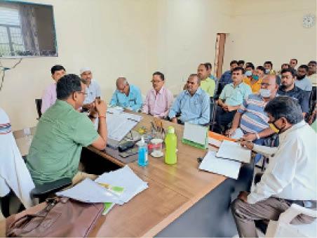 बैठक में कृषि विभाग के अधिकारी व अन्य कर्मी। - Dainik Bhaskar