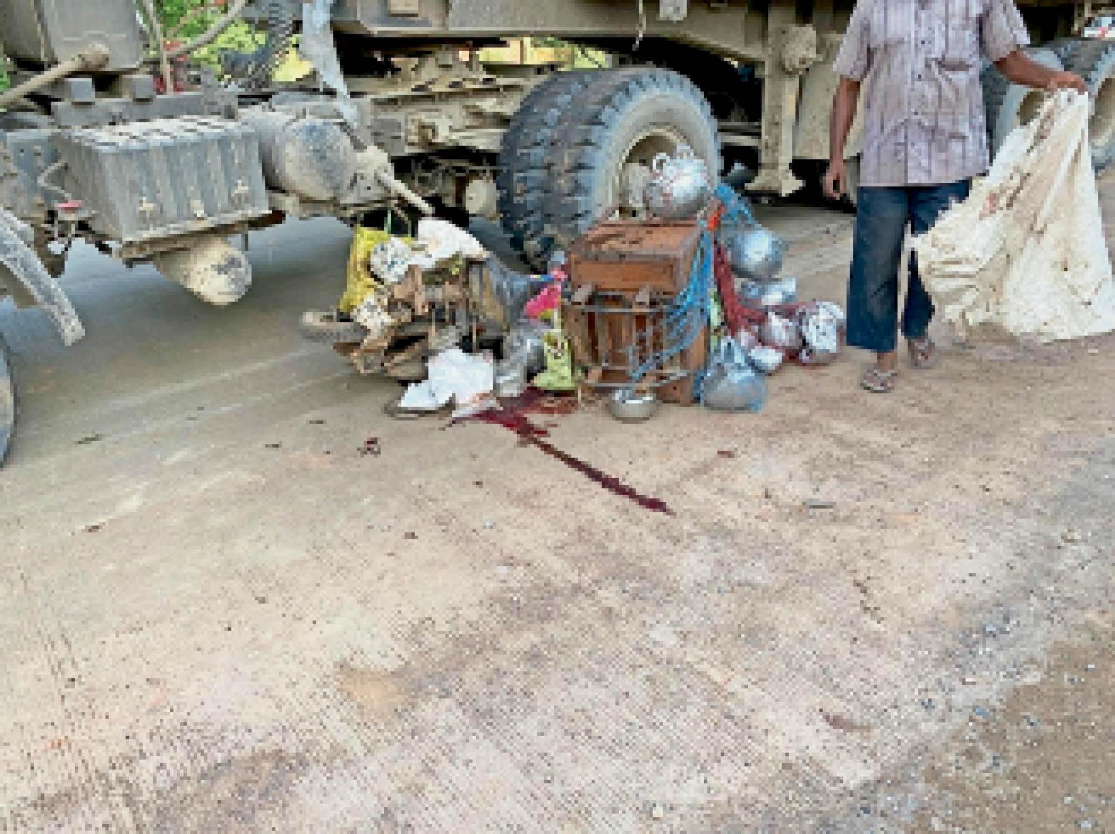 हादसे के बाद सड़क पर फैला खून। - Dainik Bhaskar