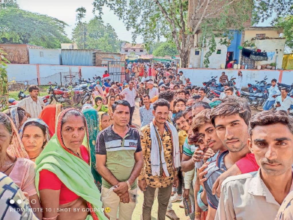 बुधवार को उत्कृष्ट विद्यालय वैक्सीनेशन सेंटर पर उमड़ी लोगों की भीड़। - Dainik Bhaskar