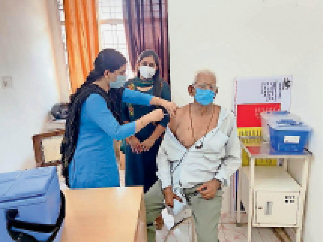 कोसली अस्पताल में वैक्सीन लगाते नागरिक। - Dainik Bhaskar