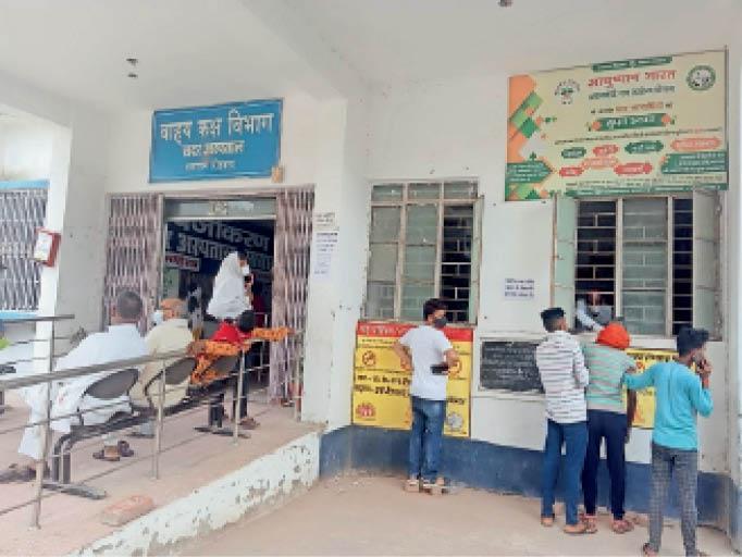 जांच के लिए सदर अस्पताल में पहुंचे लोग। - Dainik Bhaskar