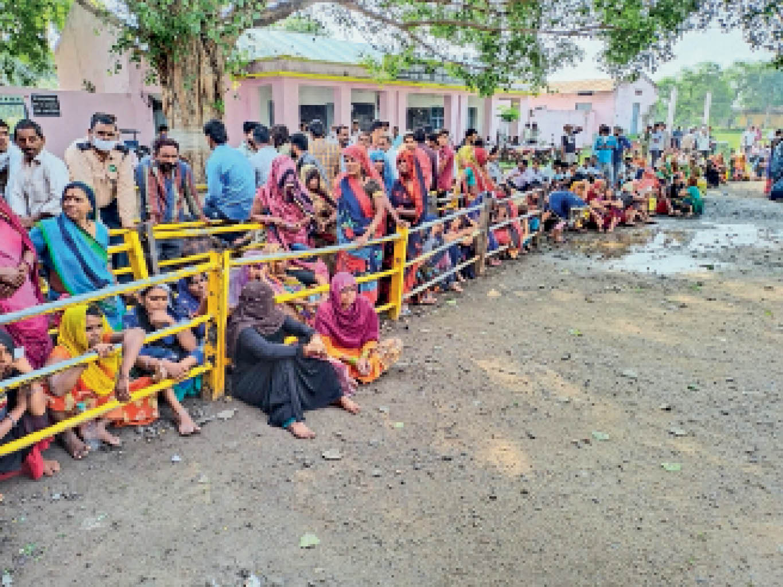 वैक्सीनेशन सेंटर पर बुधवार को महिलाओं की लगी रही लंबी कतार। - Dainik Bhaskar