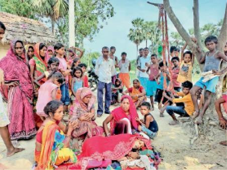 मृतका के विलाप करते परिजन व ग्रामीणाें की भीड़। - Dainik Bhaskar