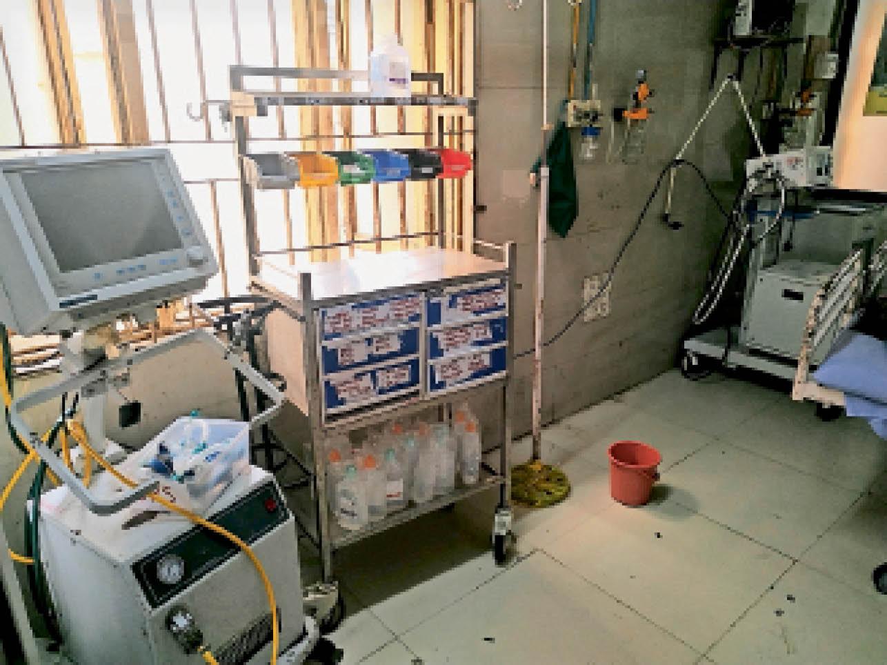 एनएमसी की टीम के औचक निरीक्षण की संभावना से सिविल अस्पताल के ट्राेमा सेंटर के कैजुअलिटी वार्ड में सिर्फ दिखाने के लिए व्यवस्था चकाचक कर दी गई है। - Dainik Bhaskar