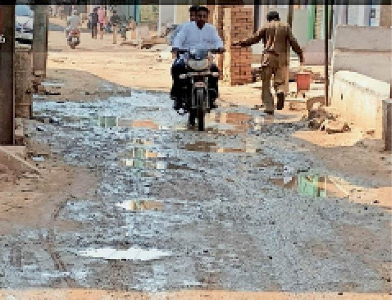 सबलगढ़ में बायपास सड़क गड्ढों में तब्दील हो गई। - Dainik Bhaskar