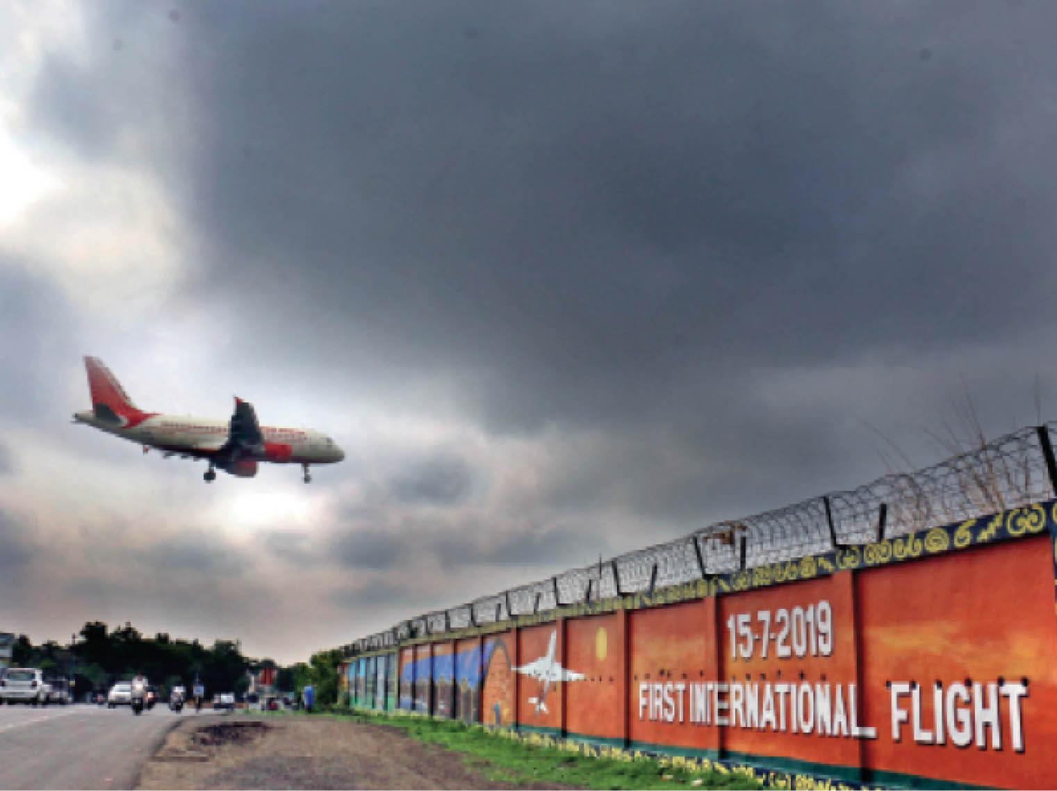 एयरपोर्ट की सुरक्षा दीवार पर आज भी अंकित है इंदौर-दुबई फ्लाइट शुरू होने की शुभ घड़ी - Dainik Bhaskar