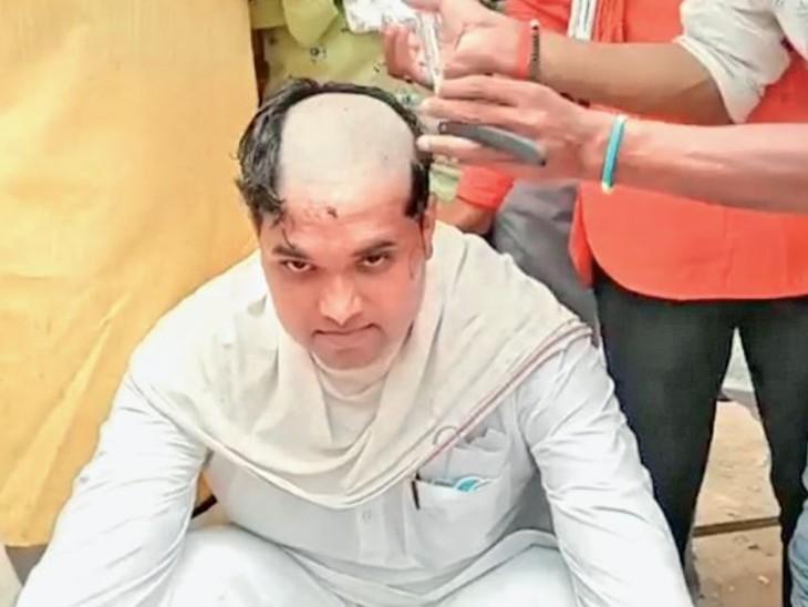 करैरा विधानसभा ब्लॉक अध्यक्ष रूपेंद्र यादव मुंडन कराते हुए। - Dainik Bhaskar