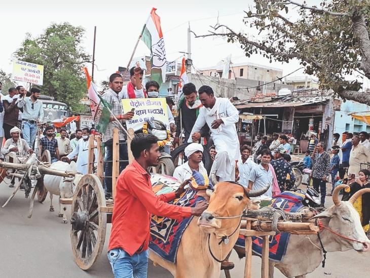 नगर के मुख्य मार्गों से बैलगाड़ी रैली भी निकाली।