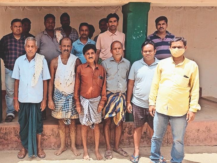 बीमा क्लेम की राशि नहीं मिलने से परेशान किसान। - Dainik Bhaskar