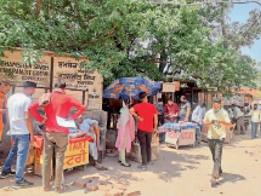 छोटे-मोटे काम के लिए पुरानी कचहरी में पहुंचे लोग। - Dainik Bhaskar
