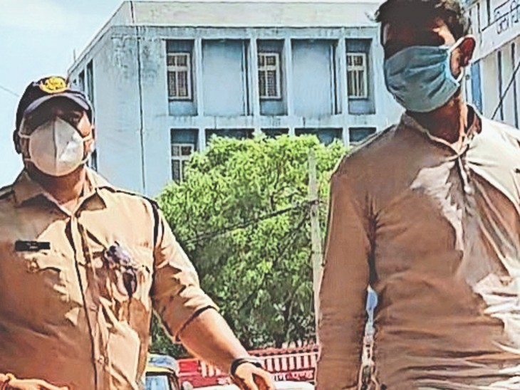 युवक कमल किशोर को मेडिकल के लिए जिला अस्पताल लाते हुए। - Dainik Bhaskar