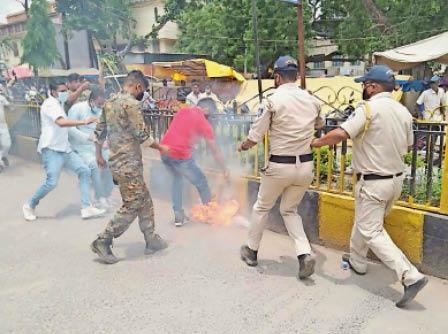 युवक कांग्रेस द्वारा जलाए गए पुतले काे पुलिस ने इस तरह बुझाया। - Dainik Bhaskar