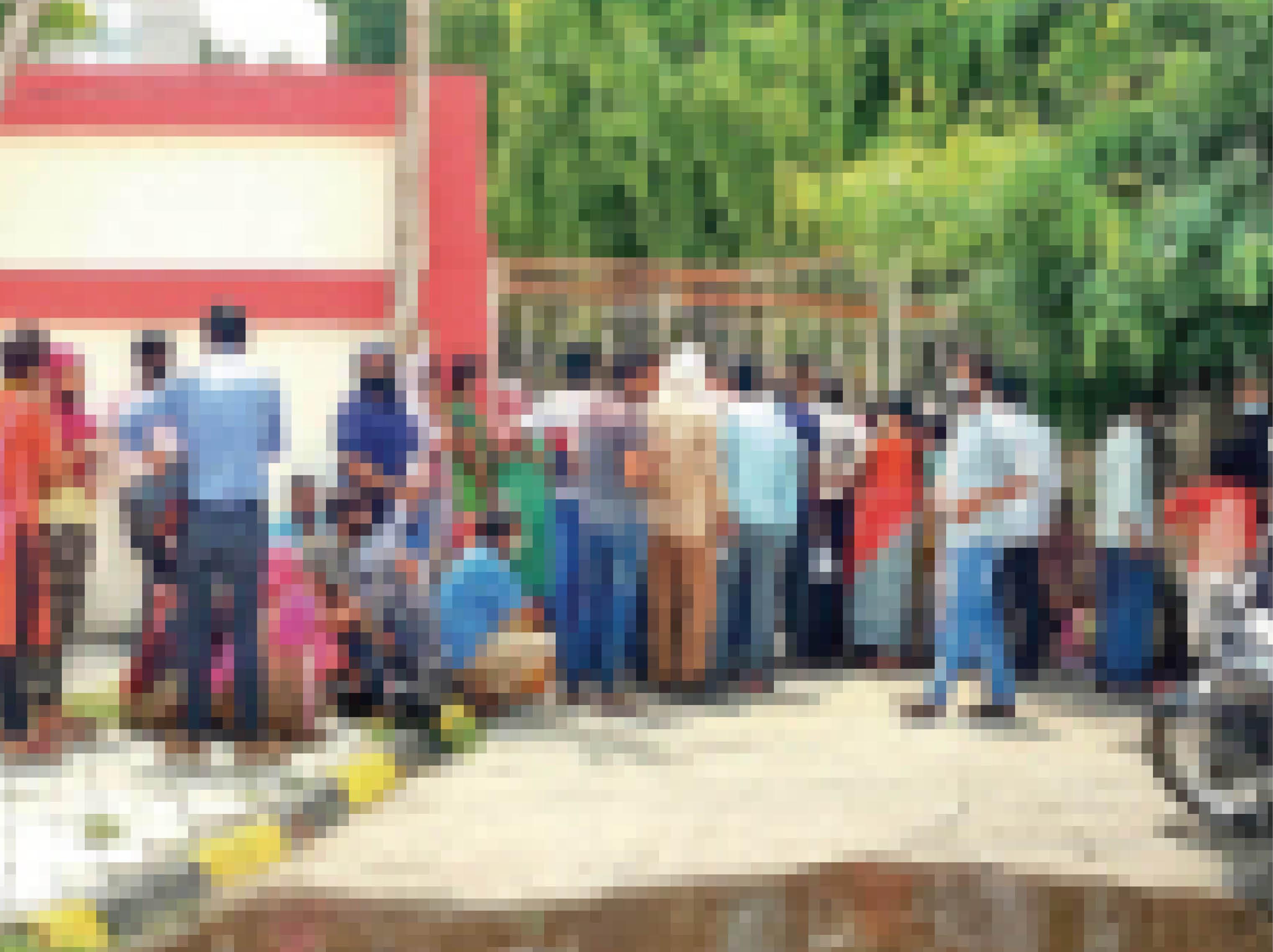 प्रेस कॉम्प्लेक्स स्थित एक वैक्सीनेशन सेंटर में दोपहर तक कतार लगी रही। - Dainik Bhaskar